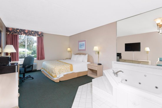 Days Inn Carlisle South: Jacuzzi Suite with King size bed