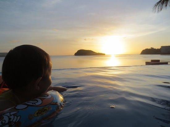 Hotel Santa Fe Guam: プールからのサンセット