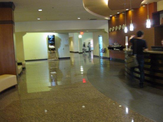 Guam Plaza Resort & Spa: ロビーです。奥にはコンチャ・コンビニなどがあります