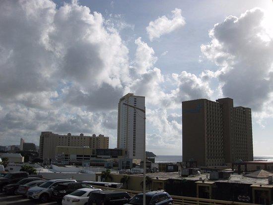 Guam Plaza Resort & Spa: 2Fエレベーターがある部屋のベランダから撮影・アウトリガーなどのホテルと若干の海がみえます