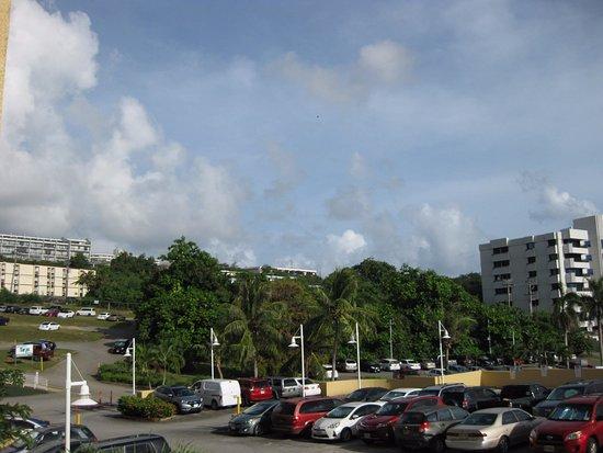 Guam Plaza Resort & Spa: 目の前はパーキング・従業員さんのかなと思います