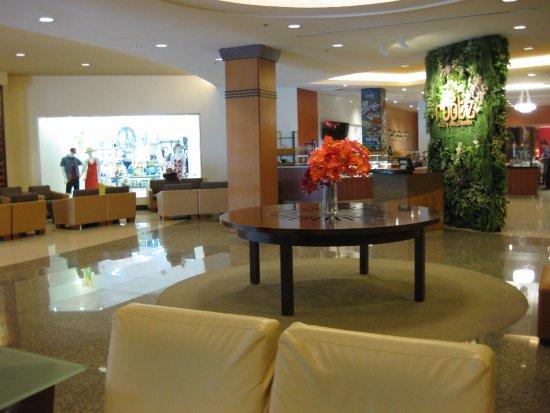 Guam Plaza Resort & Spa: ロビー・レストランの入り口