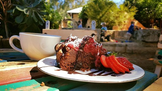 Middle Swan, Australien: enjoy a slice of gluten free choc raspberry cake and a cup of coffee while the little ones play