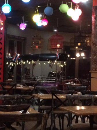 Carlisle, Австралия: Colourful lanterns and a tuk-tuk