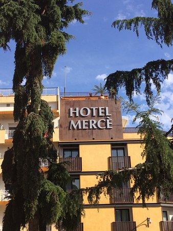 Hotel Merce: Beau cadre mais 2 étoiles suffisent comparé aux services présents.
