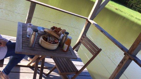 Les Cabanes du Bois Landry: Cabane sur l'eau tres mignonne et cosy. Petit déjeuné royal