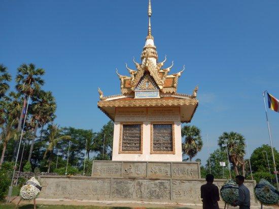 Battambang, Kambodża: Monument full of bones from the old pool