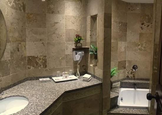 Pacific Club Resort: Tuscan Travertine Bathrooms