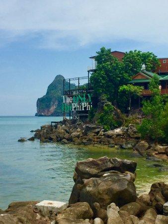 Phutawan Bamboo Resort : Near the resort, nice bar !