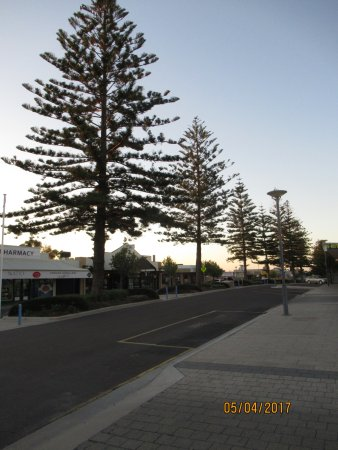 ‪‪Ceduna‬, أستراليا: A view of the main tree-lined street‬