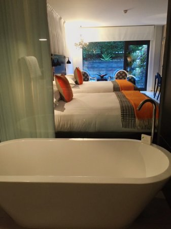 Queenstown Park Boutique Hotel: View of Gondola Room from bathroom - glass wall (with curtain)