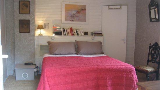 chambre dentelle : 1 lit 160, 1 fauteuil lit d\'appoint en 60 ...