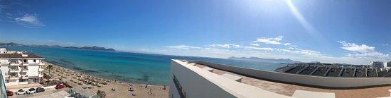 Santa Margalida, Hiszpania: Panoramablick von Etage 5 auf Strand und Meer