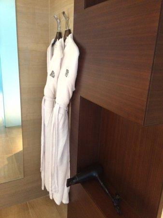 Fairmont Bab Al Bahr: Badezimmer: Tolle Aufteilung Und Tolle Dusche.