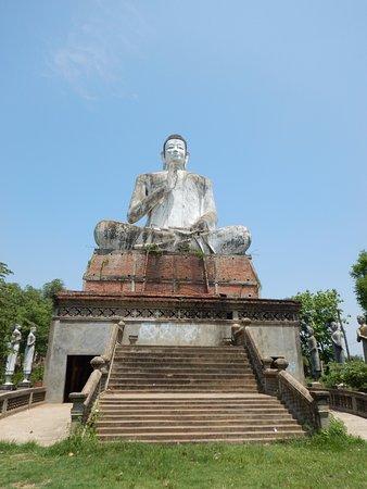 Battambang, Kambodża: Seated Buddha in the grounds