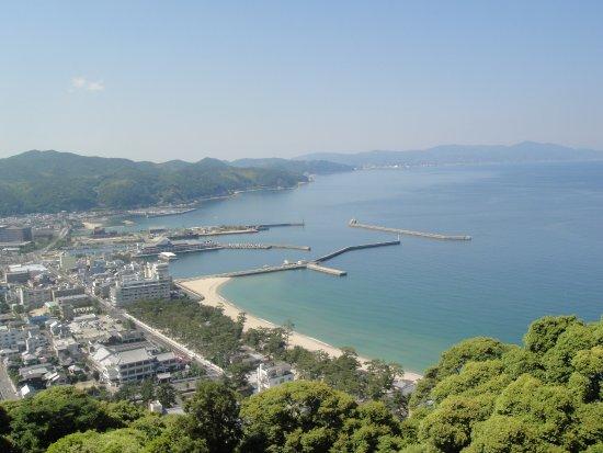Sumoto, Japan: 天守台より、淡路島北部と洲本の街と海をのぞむ
