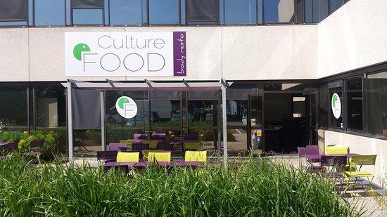 Limonest, France: une terrasse ensoleillée, idéale pour partager un repas entre amis ou collègues!