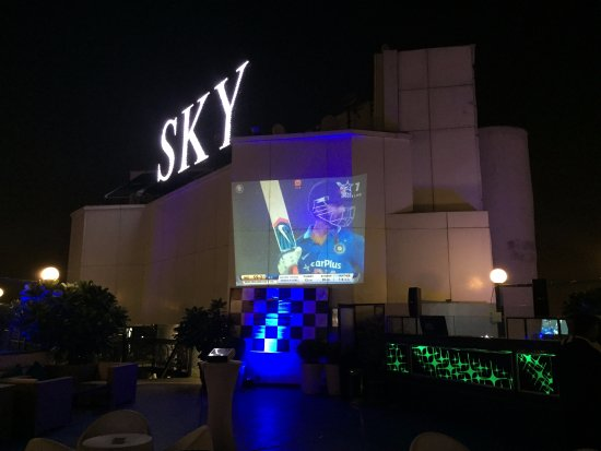 Hotel The Royal Plaza: The fantastic Sky rooftop bar