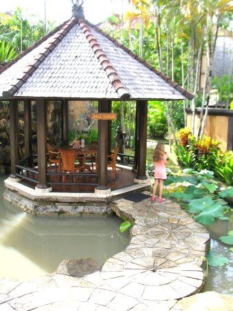 Hotel Vila Lumbung: Gorgeous gazebo's to eat in surrounded by ponds near the pool