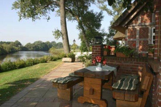 Lilienthal, Alemania: Herrlicher Ausblick aus dem Gastgarten...auch mit dem Boot oder Kanu zu erreichen...