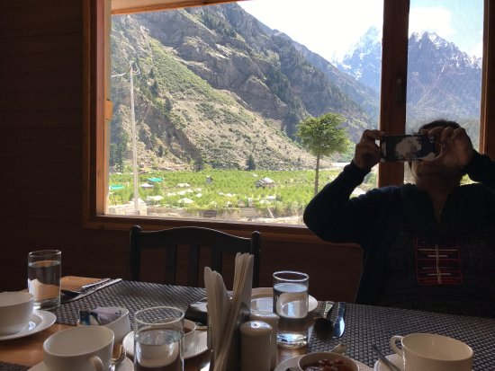 Sangla, India: Hotel bataeri and views from the hotel