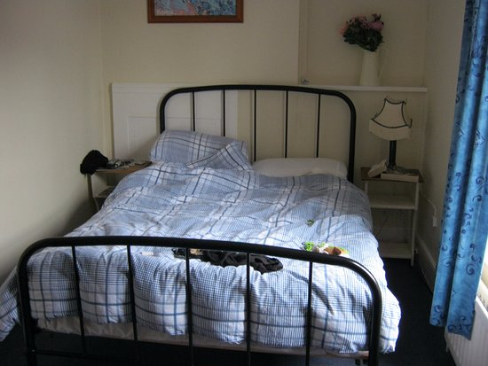 Cranborne, UK: Shows how small the bedroom is and the poor quality of the accommodation