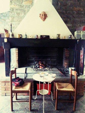 Monghidoro, Ιταλία: E quando il tempo è brutto, una buona colazione o un bicchiere di vino davanti al caminetto.
