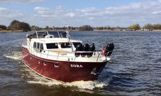 Neustadt-Glewe, Alemania: Mit dem Charterboot 'pflügt' man durch Seen und Kanäle. Urlaub auf dem Wasser ist ein tolles und