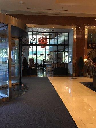 ذا ريتز - كارلتون تورونتو: looking into the bar from the lobby