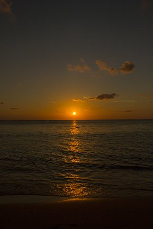 Comfort Suites Seven Mile Beach: Fantastic sunsets from the beach