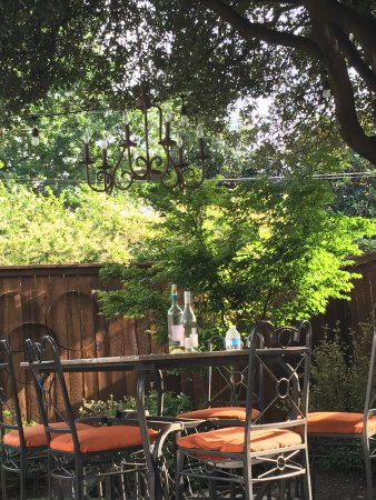 Lodi, Kalifornien: Another view of back yard with seating for your wine and cheese plate