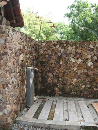Batu Ampar, Indonésie : A private open air shower, the room (suite) attached. There a jacuzzi covered walking distance.