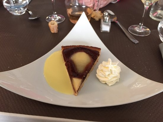 Blaye, Fransa: La tarte poire/chocolat dans sa belle assiette