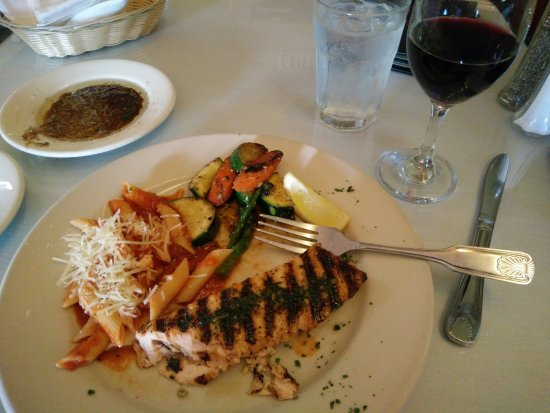 The Fish House Bar & Grill: Grilled Salmon--Perfecto!