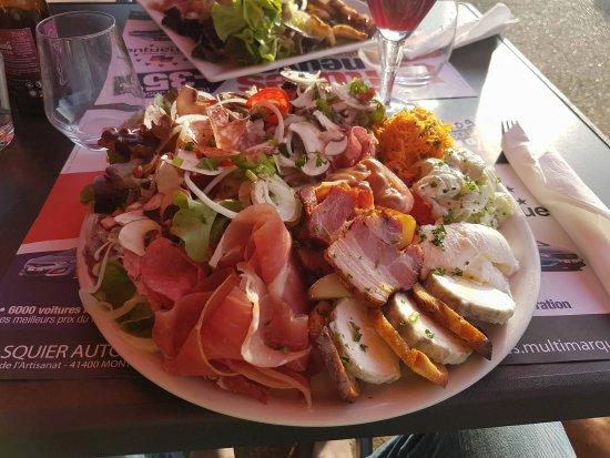 Faverolles-sur-Cher, Frankrijk: C'est la plus grosse salade qu'il propose, elle est parfaite avec un bon mariage des saveurs.