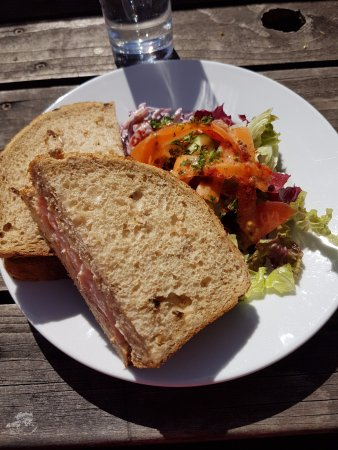 Glenfinnan Station Museum Dining Car: Sandwich servi avec une petite salade