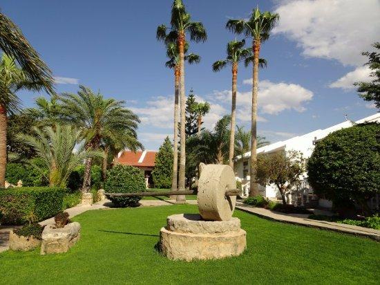 Almond Holiday Village: Manicured gardens