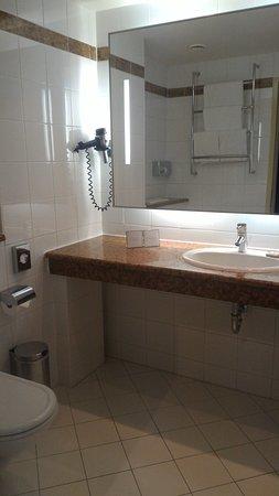 Maximilian Hotel: Baignoire douche, articles de toilettes + sèche cheveux