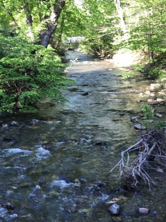 Williamstown, MA: Running river on hotel property