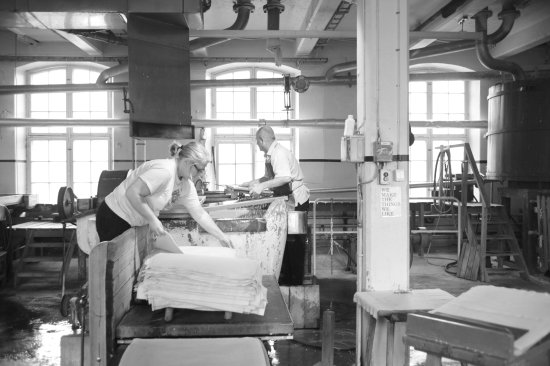 Lessebo, Zweden: Watch how we make handmade paper. It's been the same way since 1719. Guided tours this summer.