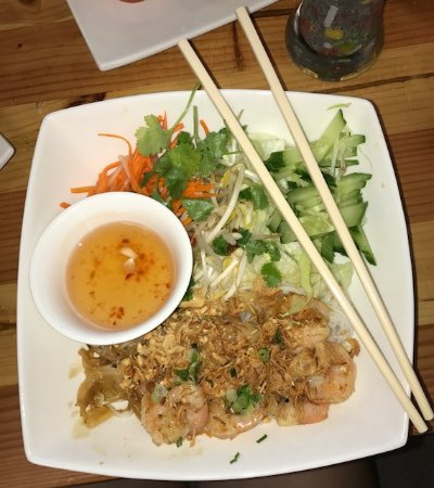 Fairborn, Ohio: Vermicelli with seafood and lovely salad.