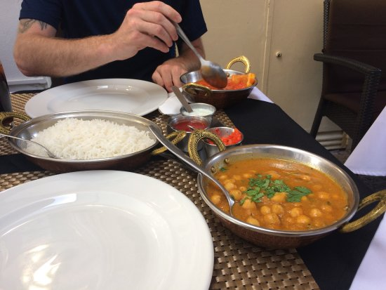 Indian House Restaurant : Chana masala and chicken patia and rice for two