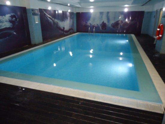 Piscina interior photo de vip executive azores hotel for Piscina interior