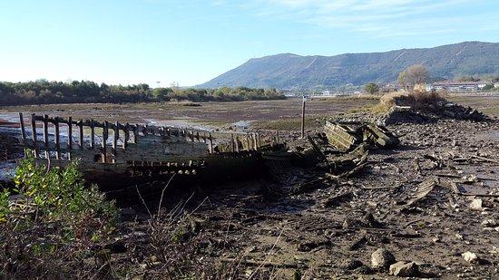ไอรัน, สเปน: Esqueleto de un Viejo barco de Pesca que reposa en la Bahía del Txingudi.-