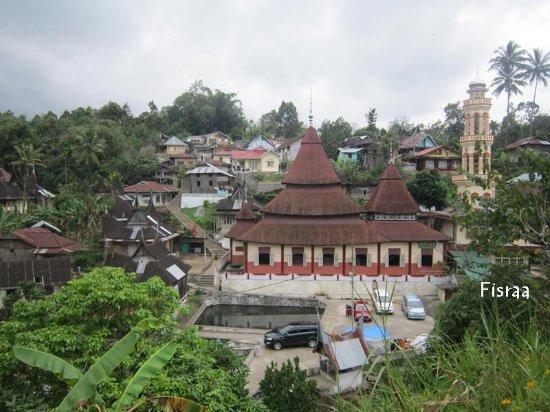 Batusangkar, Indonesien: Ini adalah mesjid tuo di Pariangan. Di sana ada air panas yang sangat bagus untuk kesehatan.