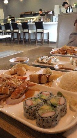 Branford, CT: Imagen del local y mi plato, las gyozas de cerdo, y el plato de mi amiga.