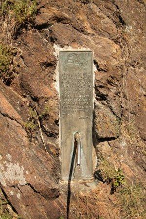 Lanzo Torinese, Italia: poco prima del ponte,si puo trovare questa fontanella,dove c'è scritto che l'acqua arriva dal Pi