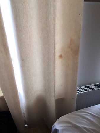 Hotel Touche: dirty Curtain