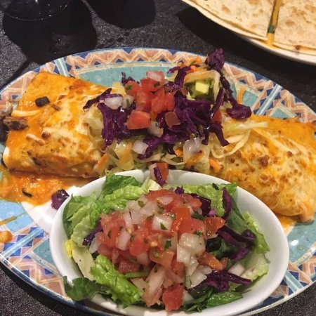 Richmond Hill, Canadá: Chicken Burrito - main course with salad