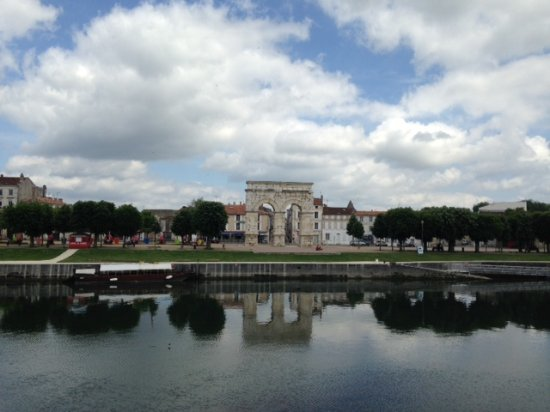 Saintes, France: Monument from across the river